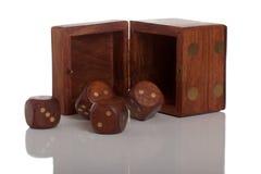 Matrijs vier en open doos op wit geïsoleerde. achtergrond Stock Fotografie