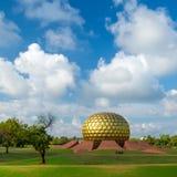 Matrimandir -金黄寺庙在Auroville 免版税库存图片