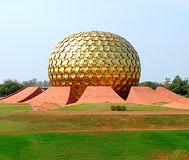 Matrimandir, Auroville, Ινδία στοκ εικόνα