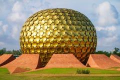 Matrimandir -金黄寺庙在Auroville 库存图片
