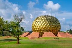 Matrimandir -金黄寺庙在Auroville 免版税库存照片