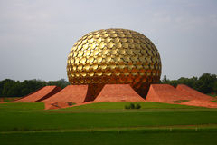 Matrimandir chez Auroville, Pondicherry Images stock