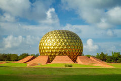 Matrimandir - guld- tempel i Auroville, Tamil Nadu Arkivbild
