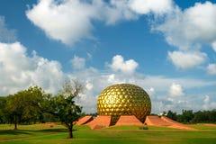 Matrimandir - guld- tempel i Auroville Arkivbild