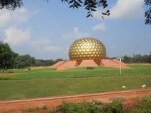 Matrimandir i Puducherry, en tyst liten stad på den sydliga kusten av Indien Royaltyfria Bilder