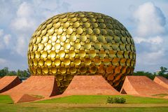 Matrimandir - temple d'or dans Auroville Image stock
