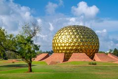 Matrimandir - temple d'or dans Auroville Photos libres de droits