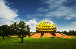 Matrimandir - temple d'or dans Auroville, Tamil Nadu, Inde Photos stock