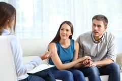 Matrimonio atento durante una terapia de los pares imágenes de archivo libres de regalías