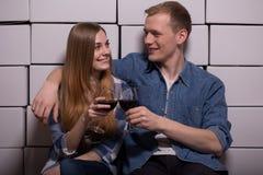 Matrimonio che tiene i bicchieri di vino Immagini Stock