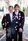 Matrimonio homosexual - duchas de pétalos Foto de archivo libre de regalías