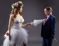 Matrimonio homosexual Novio atractivo de los empujes de la novia con el paraguas Imágenes de archivo libres de regalías