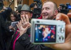 Matrimonio homosexual, par masculino que muestra los anillos de bodas Foto de archivo libre de regalías