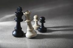 Matrimonio misto dei pezzi degli scacchi fotografia stock libera da diritti