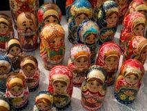 Matrioshka на уличном рынке, иконический популярный сувенир от России, Украины Красочные яркие русские куклы вложенности Стоковые Фото