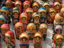 Matrioshka на уличном рынке, иконический популярный сувенир от России, Украины Красочные яркие русские куклы вложенности Стоковая Фотография RF
