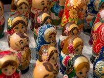 Matrioshka на уличном рынке, иконический популярный сувенир от России, Украины Красочные яркие русские куклы вложенности Стоковые Изображения