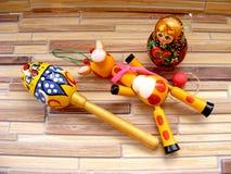 Matrioshka, русский младенец забавляется на бамбуковой таблице Стоковые Изображения