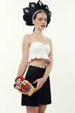 Женщина с светлыми волосами в русской национальной шляпе держа куклу matrioshka Стоковые Изображения