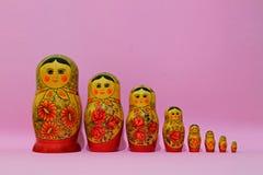 Matrioshka acht op de roze achtergrond Royalty-vrije Stock Foto