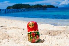 Matrioshka för ryska dockor för foto orörd tropisk strand i den Bali ön Horisontal föreställa suddighet bakgrund closeup Royaltyfri Bild