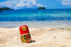 Matrioshka för ryska handgjorda dockor för foto orörd tropisk strand i den Bali ön Horisontal föreställa suddighet bakgrund Arkivfoto