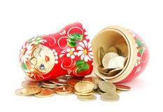 Matrioshka mit Münzen Stockbild