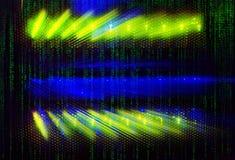 Matrixcodeleuchtanzeigen auf dem MainframeRechenzentrum in der Dunkelheit mit Matrixcode Lizenzfreies Stockbild