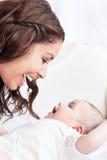 Matriz adorável que joga com seu bebê Fotografia de Stock