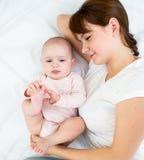 Matriz alegre que olha seu infante do bebê imagens de stock