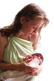 A matriz alimenta seu bebê recém-nascido Fotos de Stock Royalty Free