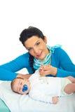 Matriz atrativa com bebê recém-nascido Imagens de Stock Royalty Free