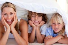 Matriz atrativa que tem o divertimento com suas crianças Imagem de Stock