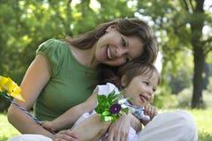 Matriz bonita e filha que jogam junto Foto de Stock