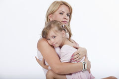 Matriz bonita nova que abraça sua filha Foto de Stock Royalty Free