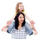 Matriz bonito que dá às cavalitas o passeio a sua filha Fotografia de Stock