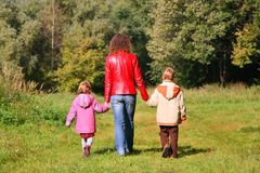 Matriz com as crianças na caminhada na madeira Fotografia de Stock