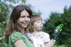 Matriz com a filha que joga no parque Fotos de Stock Royalty Free