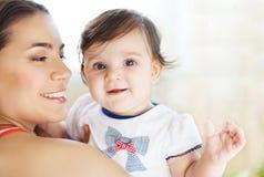 Matriz com o bebé idoso de oito meses interno Imagens de Stock