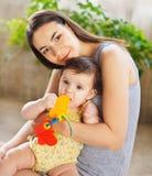 Matriz com o bebé idoso de oito meses interno Fotografia de Stock Royalty Free