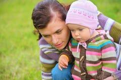 Matriz com o bebê ao ar livre imagem de stock