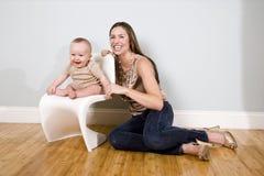 Matriz com o bebê idoso de seis meses em casa Fotografia de Stock Royalty Free