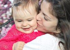 Matriz com o bebê no jardim Imagem de Stock Royalty Free