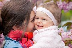 Matriz com o bebê no jardim Fotos de Stock Royalty Free