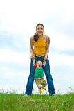 Matriz com o bebê no prado Foto de Stock Royalty Free