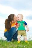 Matriz com o bebê no prado Fotografia de Stock Royalty Free