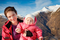 A matriz com o bebê no esporte outwear Fotografia de Stock Royalty Free