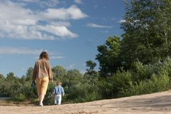 Matriz com o filho na costa Imagens de Stock