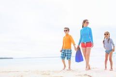 Matriz com os miúdos na praia Fotografia de Stock Royalty Free