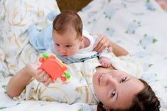 Matriz com seu bebê infantil Fotografia de Stock Royalty Free